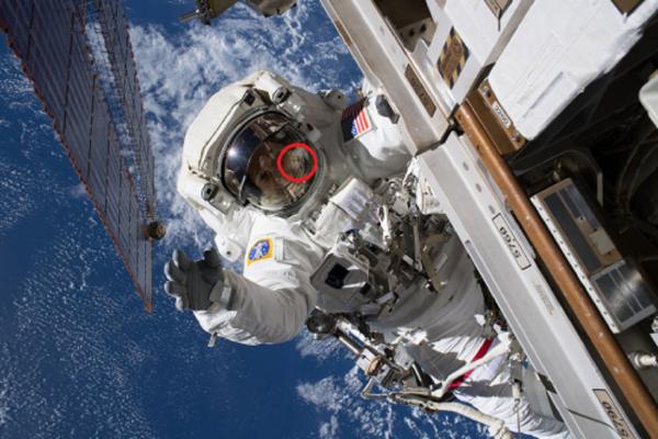 За бортом МКС сняли на камеру гуманоида в отражении скафандра