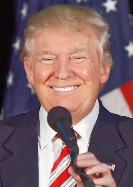 Не говори, что я тебе никогда ничего не даю: Трамп угостил Меркель конфетами на саммите G7