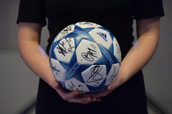 Россияне начали продавать мячи с автографами знаменитых футболистов