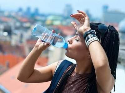 Врачи поделились советами по употреблению воды в жару