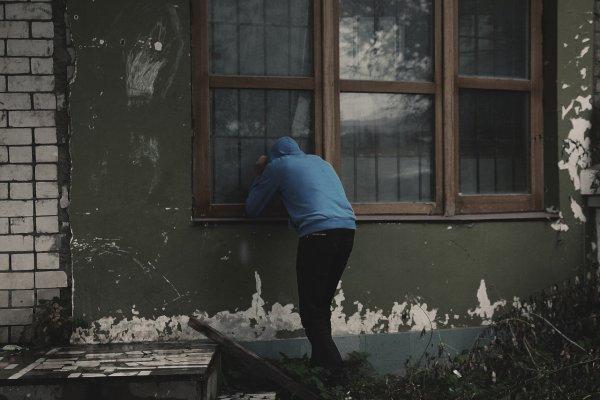 Под Воронежем извращенец приставал к детям и заглядывал в окна