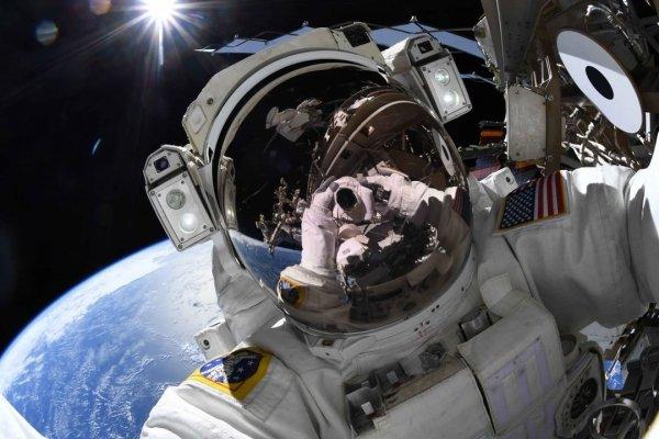 Астронавты сделали селфи на фоне Земли