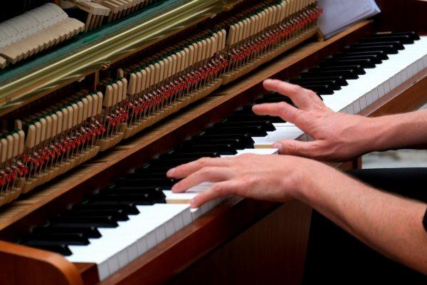 Ученые: Игра на фортепиано развивает языковые способности у детей
