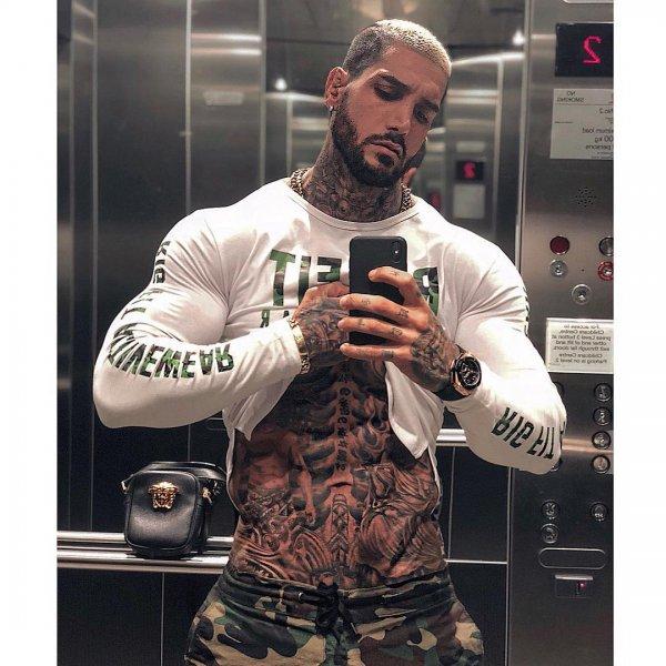 Самый красивый бодибилдер в Instagram шокировал татуированным телом