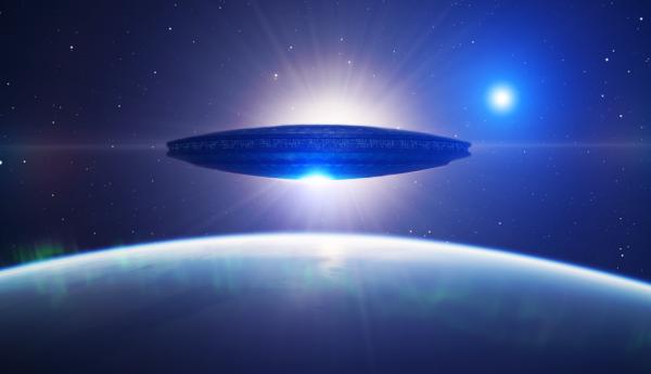 Жители Калифорнии сняли на видео зависшее в небе крупное НЛО