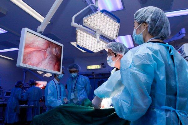 Онкобольная во время операции на мозге играла Баха