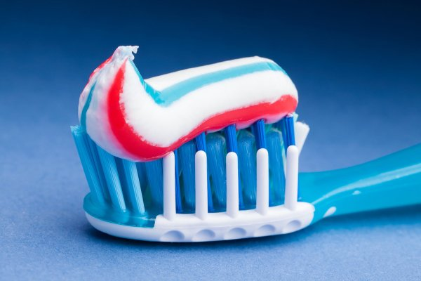 Ученые назвали причины, почему ни в коем случае нельзя глотать зубную пасту