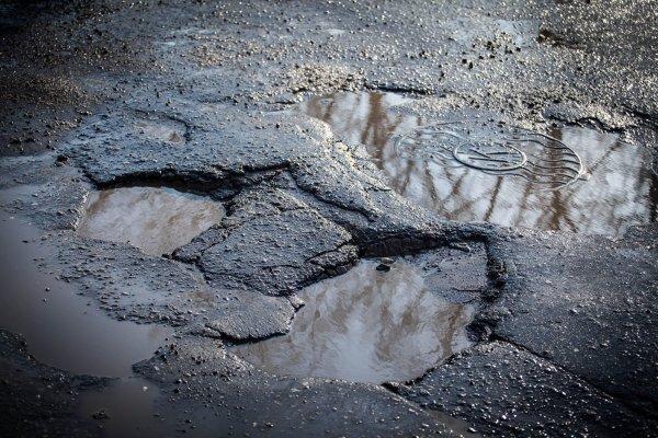 «Подготовка к ЧМ – 100%»: В Ростове мужчина повредил ногу, угодив в дорожную яму