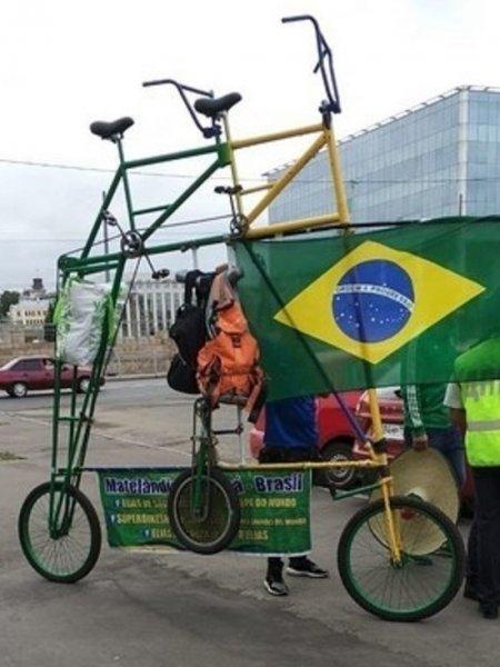 Болельщики из Бразилии поразили жителей Казани огромным двухэтажным велосипедом