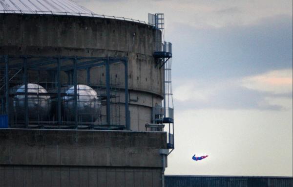Во Франции активисты «Гринпис» разбили беспилотник в виде Супрмена о здание АЭС