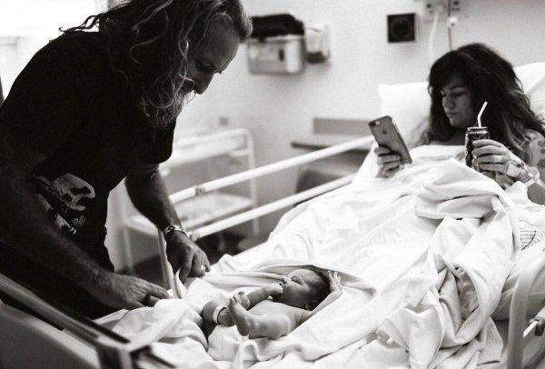 Блогер подверглась травле за фото со смартфоном после родов