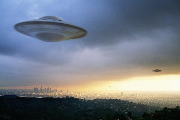 В США огромный светящийся НЛО напугал очевидцев до истерики