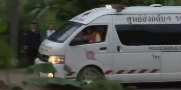 В Сеть выложили первые кадры спасения детей из пещеры в Таиланде