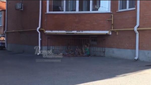 «Детки в клетке» во дворе жилого дома в Ростове стали героями видеоролика