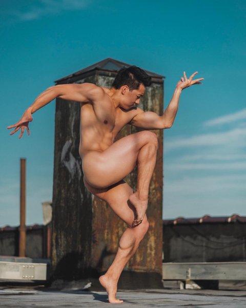 Новое видение: Фотограф запечатлел танцующих на крыше обнаженных балерин