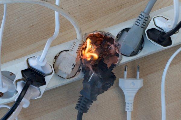 Оставлять зарядное устройство в розетке в режиме ожидания огнеопасно