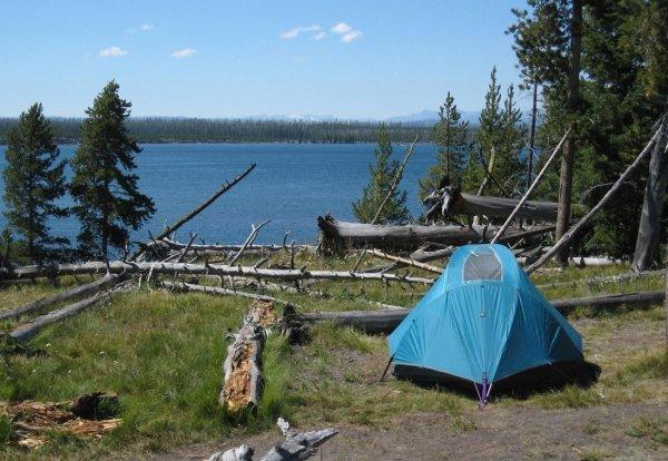 Лишившаяся крова семья живёт в палатке над обрывом