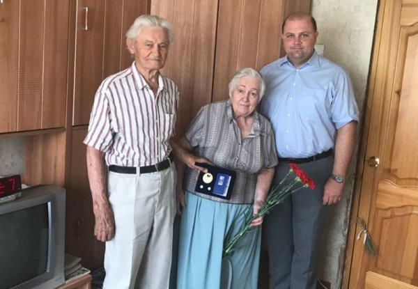 «За верность и любовь»: В Ростове поздравили пару с 64-летием их брака