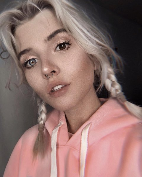 Воронежцы не устояли перед сексуальной блондинкой с разными глазами