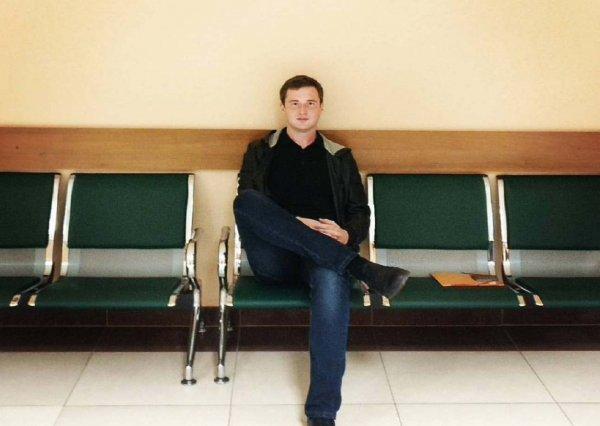 Из-за проблем с алкоголем петербургский депутат не может вернуться в Россию