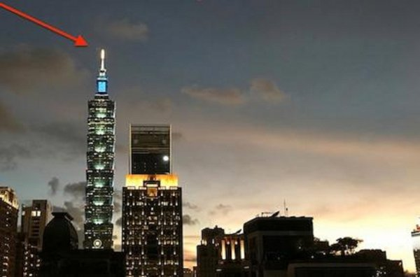 В Тайване уфолог 3 минуты наслаждался полетом НЛО на фоне очаровательного заката