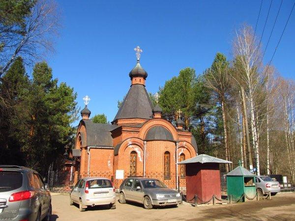 В Кирове пьяная женщина голой уснула на кладбище в присутствии 9-летней дочери