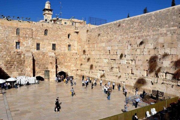 Огромный кирпич выпал из Стены Плача в Иерусалиме