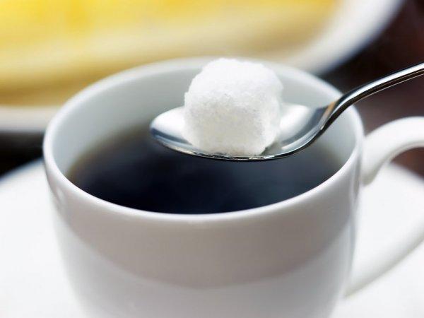 Ученые: Добавление сахара в чай увеличивает риск развития болезни Альцгеймера