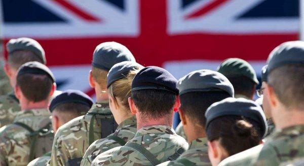 На видео попала схватка британских военных с резиновым пенисом