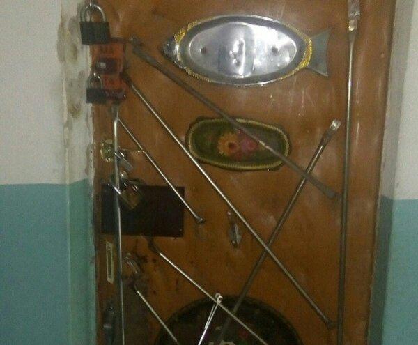 Челябинец рассмешил интернет необычно экипированной дверью