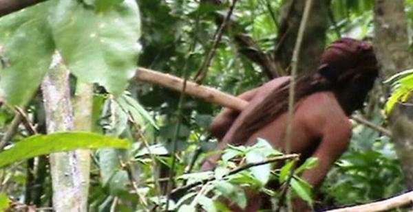 Жизнь в джунглях: Появились снимки хижины самого одинокого человека в мире