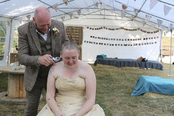 Невеста позволила своему мужу сбрить волосы в знак борьбы с онкологией родных
