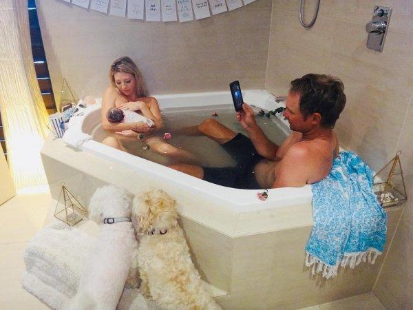 Австралийка ради «лайков» родила в ванной в компании мужа и собак