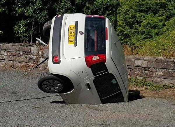 «Отличная парковка»: Огромная сточная яма в Уэльсе «засосала» автомобиль