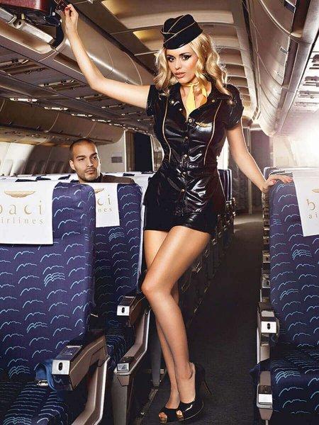 Стюардессу уволили за секс-продажу ношенных колготок