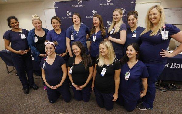 В воде что-то было: В больнице Аризоны забеременели одновременно 16 медсестер