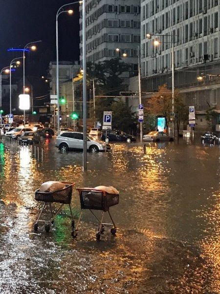 Локальный апокалипсис: Сильный ливень оставил Киев без асфальта