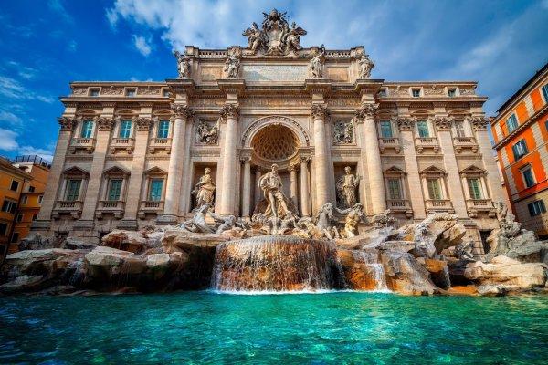 Туристов из России и США оштрафовали за купание в римском фонтане