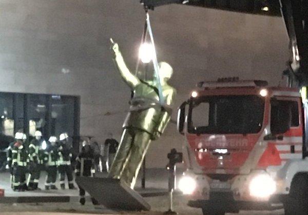 В Германии демонтировали покрытую золотом статую Эрдогана