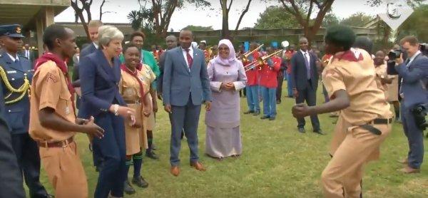 Смеялись даже члены делегации: Тереза Мэй обескуражила всех плясками в Африке