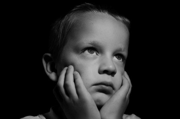 Няня заставила ребёнка с синдромом Дауна раскуривать бонг