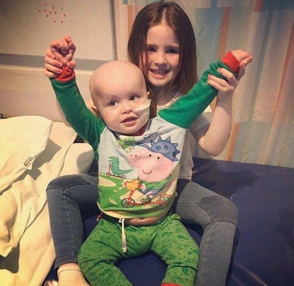 В Великобритании четырехлетняя девочка пожертвовала годовалому брату костный мозг