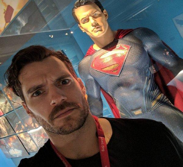 Генри Кавилл отложил костюм Супермена, поскольку не смог договориться с Warner Brothers