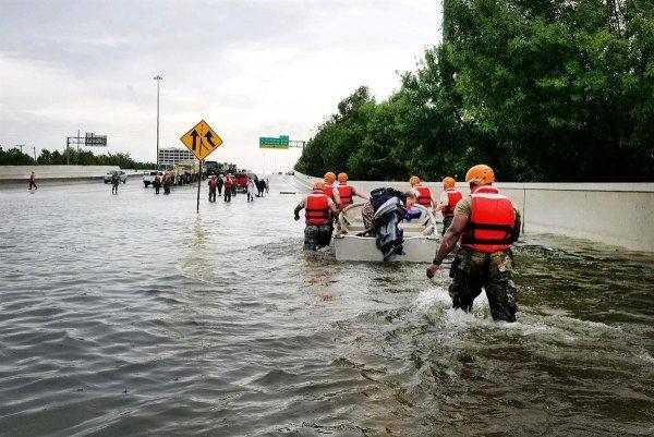 Наплевать: Американцы игнорируют опасность урагана Флоренс и устраивают вечеринки