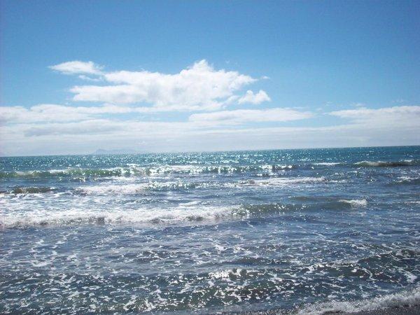 В Квинсленде 7,5-метровая воронка «поглотила» пляж