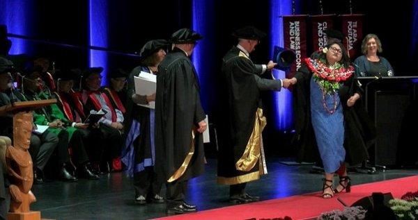 Отвязные танцы девушки на выпускном сделали ее звездой Интернета