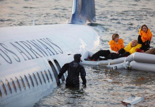 В Микронезии пассажирский лайнер упал в воду после неудачной посадки