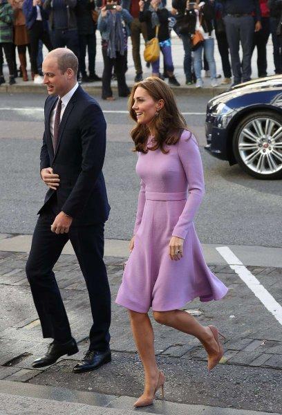 Похудевшая Кейт Миддлтон в дорогом платье очаровала фанатов в Лондоне
