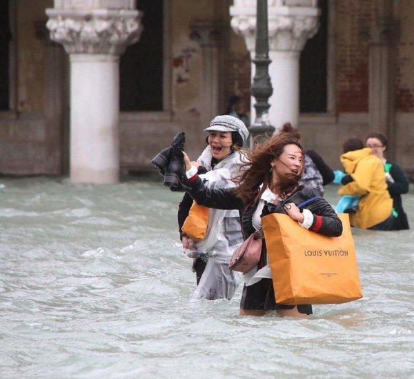 На Венецию обрушился шторм и затопил 75% города