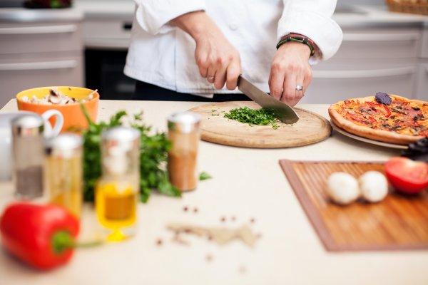 В Японии шеф-повар мешает ингредиенты блюда  в горячем масле руками
